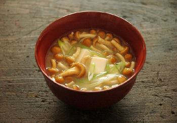 定番の「なめこと豆腐の味噌汁」も、きちんと出汁を取ってさらに美味しく♪なめこの下処理も教えてくれます。