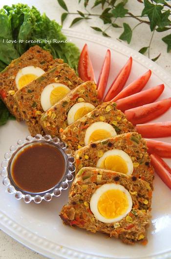 たくさん野菜が入ったカレー味のミートローフは、ヘルシーで食べ応えのある嬉しい一品です。真ん中に入った卵がインパクトありますね。