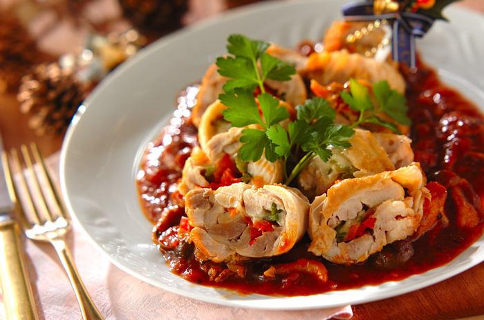 鶏もも肉にピーマンやパプリカ、モッツァレラチーズを巻いて、圧力鍋で柔らかく仕上げます。切ったときの断面とソースが色鮮やかで、メイン料理にぴったりです。