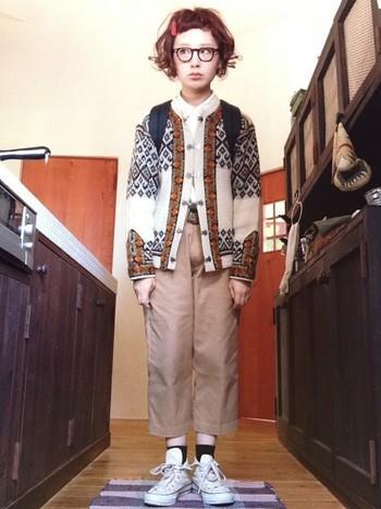 毛糸でできたニットが冬を感じさせるファッションになっています。タートルネックなどで首を隠さず、あえて首元を出す方がすっきり見えますよね。北欧を感じさせるデザインが素敵です。