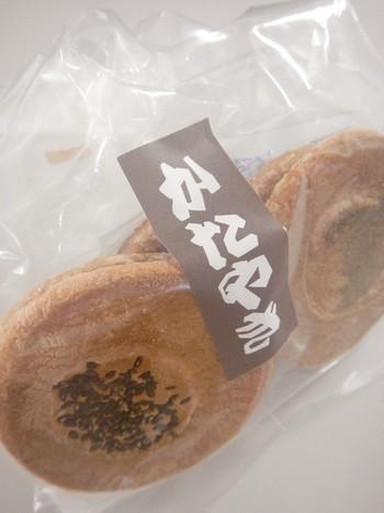 日本一硬い!と言われている伊賀市の名物「かたやき」。 伊賀忍者の携帯食だったといわれています。 伊賀地方では、地元名物としてたくさん和菓子屋さんでかたやきが作られています。