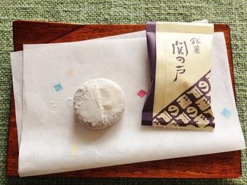 こちらの銘菓「関の戸」は、あずき餡を求肥餅で包んで和三盆がまぶしてある上品な和菓子です。鈴鹿の山に積もった白雪をなぞらえて作られたものだと伝えられているそうです。 味も見た目もとっても上品。