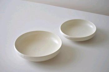こちらは少し深さがあるスクープタイプのプレート。M,Lサイズは大人数の盛り付け用やカレーやスープ皿として、Sサイズは取り皿としてもちょうど良いサイズ感。