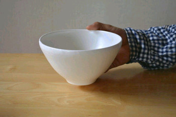 大きめサイズは丼や麺類に、小さめサイズは一人用のサラダやスープに最適。シンプルだけど特徴的なフォルムが食卓をおしゃれにしてくれます。