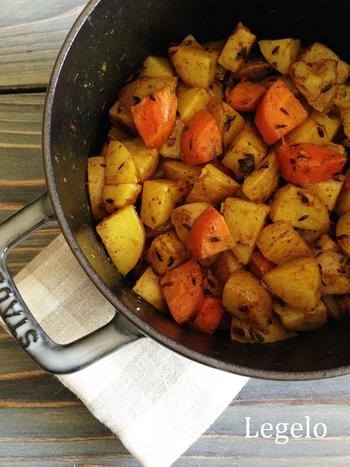 インドの定番料理のサブジ。野菜を軽くいためてから蒸し煮にするので、野菜はほくほくに♪スパイスの香りが食欲をそそります。