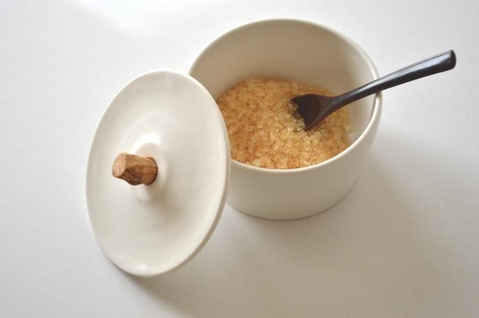 砂糖などの保存に便利なキャニスターも、取っ手部分が流木で出来ていてとってもおしゃれ。食器としてでなく小物入れとしても使いたくなっちゃうような、インテリアにも最適なデザインです。