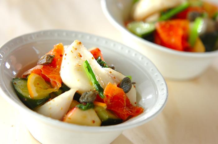 野菜と果物を合わせて作るサラダは食感や彩りを楽しめるのが楽しいですね。スモークサーモンが入ってお酒にも合いそうです。