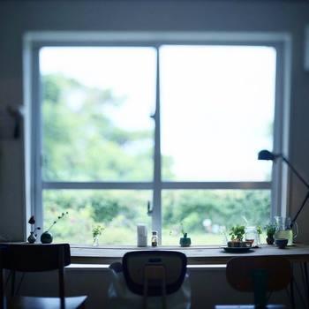 見慣れているはずなのに、何故だか惹かれる窓際の風景。ぼんやりボカされたお庭に想像力が膨らみます。インテリアのシルエットも素敵です。