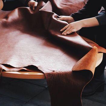 熟練の職人が良質な素材を厳選。ひとくちに革といっても、ナチュラルなヌメ革・しなやかで強靭な水牛革・エイジングを楽しむヴィンテージワックス革などバリエーションはいろいろ。デザイナーがそれぞれの革の個性に合わせた製品を考えていきます。