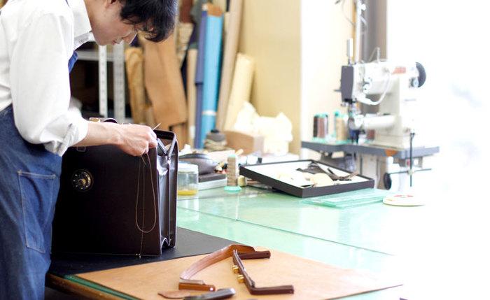 土屋鞄製造所の革製品はひとつひとつ手仕事で作られています。職人の高い技術とものづくりへの真摯な姿勢が、オンリーワンの革製品を生み出す原動力!