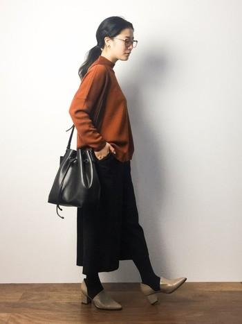 今季トレンドの太ヒールなら、安定感もあって歩きやすい。キャメルとブラックで品よく纏めたコーディネート。