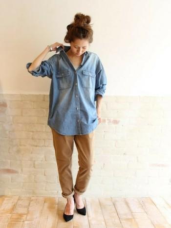 ゆったりシルエットが可愛いデニムシャツ×レギンスパンツで、メリハリのある着こなしに。デコルテ見せやシャツのたくし上げ、裾のロールアップで、程良いこなれ感をプラスして。