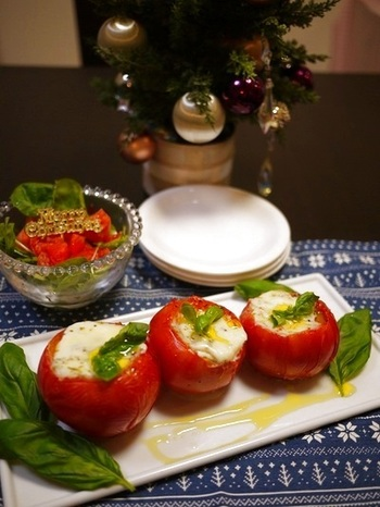 くり抜いたトマトの器にハーブを合せたモッツァレラチーズをたっぷり詰めて、オーブンで焼きました。仕上げにフレッシュバジルを添えて、クリスマスカラーの鮮やかな一皿です。