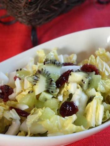 パーティーのサラダはちょっといつもと違ったものをお出ししたいもの。爽やかな酸っぱさのクランベリーとキウイが、旬の白菜の甘みをひきたてます。