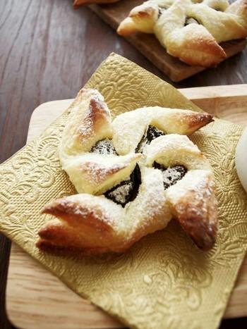 フィンランドのクリスマスの定番のヨウルトルットゥを、冷凍のパイ生地、ドライプルーン、粉砂糖の3つの材料だけでシンプルに再現!お菓子だけれど甘さ控えめなので、たくさん並べてフィンガーフードとしてお出しするのにぴったりです。