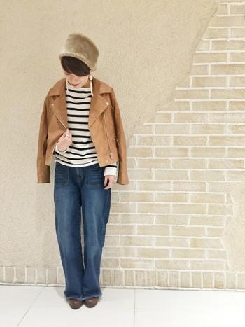 ボーダーにデニムというシンプルなスタイルにライダースジャケットを肩掛けするだけでグッとオシャレ感が出ます。帽子やピアスなど小物も個性的なものを合わせるとより個性的な雰囲気になり◎