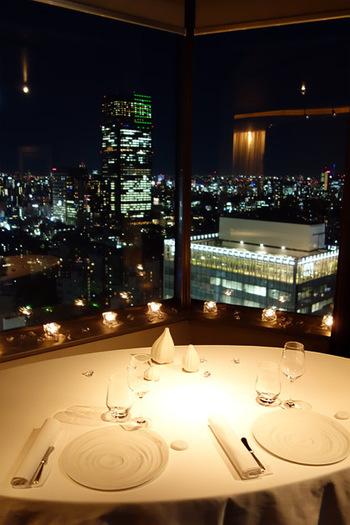 都心ならではの夜景を見ながらのディナーは最高の時間を過ごせますよ。