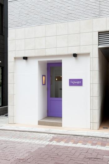 五感を刺激する料理をもてなしてくれるアルシミストは、パープルの可愛いドアがアクセントとなった外観も素敵です。