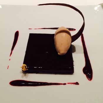 旬の食材を取り入れたシェフのおまかせコースでは、本格ジビエ料理から華やかなデザートが楽しめます。