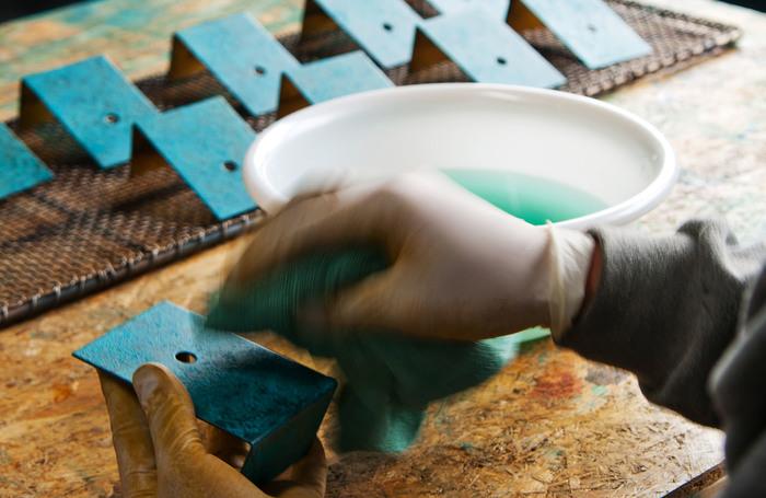 もともと花瓶や茶道具、仏具などで高く評価されてきた「高岡銅器」は、江戸時代から続く400年もの歴史を誇ります。現在でも銅製品の分野では全国で9割のシェアだとか。 その製造工程は完全に分業化されており、「折井着色所」は高岡銅器の着色工程を担ってきました。
