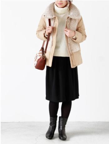 ループニットの部分使いで毛皮のコートのような雰囲気があるデザインダウン。同系色の柔らかなベージュが大人っぽい着こなしにマッチします。