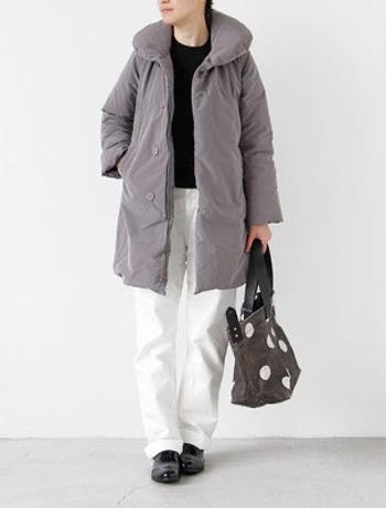 「KATO'」からうまれたレディースをメインとしたブランド「GRANDMA MAMA DAUGHTER」。このビッグショールカラーデザインは今では定番人気のアイテムです。このボリュームでも着膨れせずワイドパンツやスカートにも合わせやすいのも魅力のひとつです。