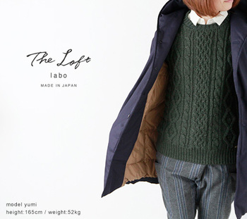 「The Loft labo」のこちらのダウンは、フードカラーでガウンのように羽織れます。有数の国産ダウンブランドである「NANGA」との共同制作で品質も折紙つき。