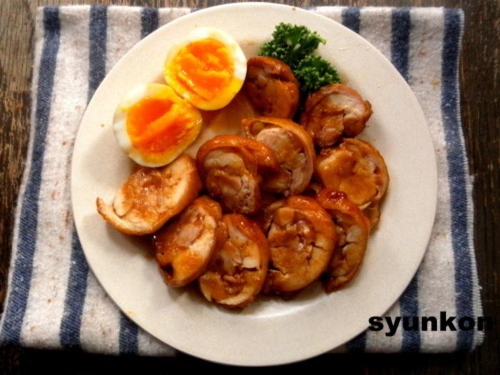 比較的安く手に入る鶏モモ肉を使ったチャーシュー。煮卵も一緒に作れば、アレンジも幅が広がります。