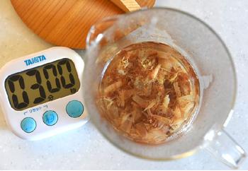 熱湯を注いで3分の「簡単かつおだし」のとり方も伝授してくれます。