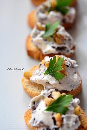レシピのラディッキオとはトレビスのこと。冬が旬のトレビスを使った、おしゃれで簡単なクロスティーニです。リコッタとゴルゴンゾーラチーズのクリーミーさに、トレビスの苦味が良いアクセントとなる大人っぽい前菜。