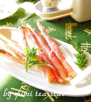 イタリアでは定番のグリッシーニ。つまみやすいのでパーティーの前菜にぴったりです。生ハムを巻けば、程よい塩気が加わって、つい食べ過ぎちゃう美味しさです。