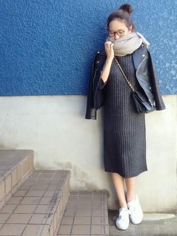 白、黒、チャコールグレーにライトグレー、グレースケールでまとめたシックな装い。グレーのグラデーションコーデってモデルさんもよくやっていますが、ほんとキマるとかっこいいですね。