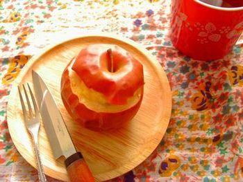 ラム酒を効かせたチーズケーキを詰めた焼きリンゴは、アツアツの焼きたても、冷やしてもどちらも美味しくいただけます。上のヘタ部分を蓋にするのもかわいい♪