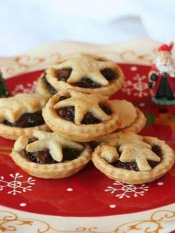 イギリスのクリスマスには欠かせない伝統のお菓子です。輸入食材店でも買える瓶のミンスミートを使用。手に入らなければ、ドライフルーツ、リンゴ、シナモンなどを合せて手作りしてもOK。香ばしいパイ生地と甘酸っぱいミンスミートが、素朴で懐かしい味わいを作ります。