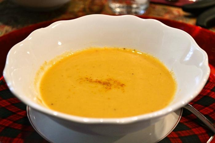 カリフラワーとりんごという意外な組み合わせのスープは、スパイスが効いていてクリスマスらしい味わいです。