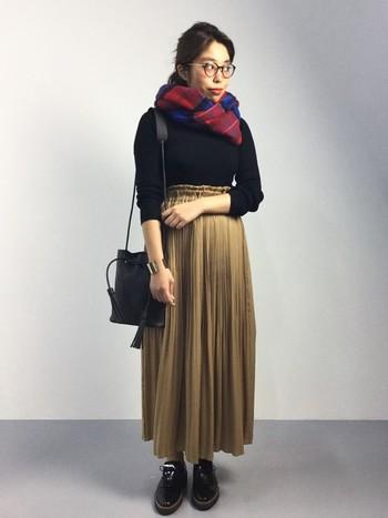 プリーツスカートにも、トップスをコンパクトにまとめるのはもはやお約束♪ロング丈のプリーツスカートに、黒色のアイテムを合わせて、シックな印象にまとまっています。