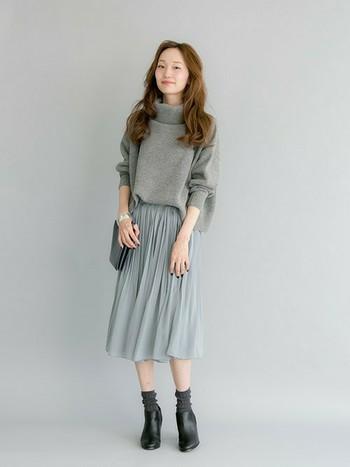 グレーでまとめたコーデは、柔らかいニットと動きのあるプリーツスカートの雰囲気で、とっても女の子らしいコーデが完成しています。