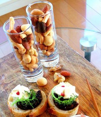 オシャレなグラスにドライフルーツやナッツなどをミックスして出せば、簡単おつまみの出来上がりです♡ 料理が出来上がるまでの間のおつまみに最適。