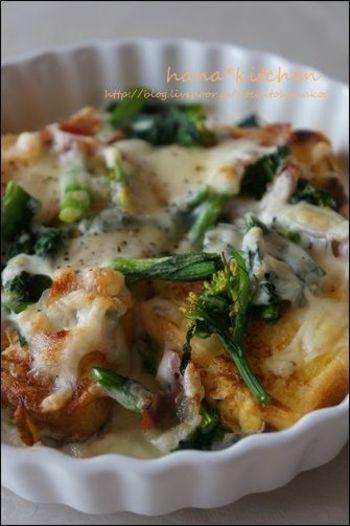 ハムやチーズをのせて、グラタン仕立てに。固くなってしまったパンを使いきれるうえ、野菜と一緒にきれいに調理できる、お母さんにも嬉しいメニューです♩