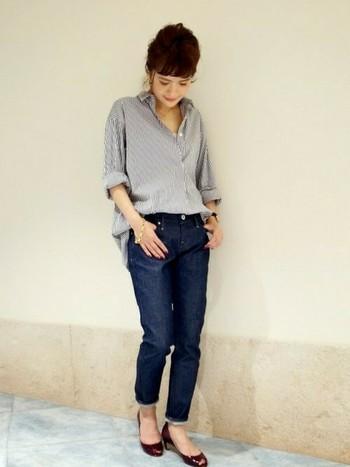 小柄さんには、そのまま着ると丈感の大きいお洋服も、首もと、手首、足首のどこかを出すことで、こなれ感がうまれて、違和感なく馴染みます。トレンドのビックシャツも、前裾だけインすれば、脚長効果とメリハリのある着こなしに。