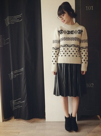 可愛らしいノルディック柄も、モノトーンでまとめるとシックな印象です。ボトムスは甘くなりすぎないレザースカートで。