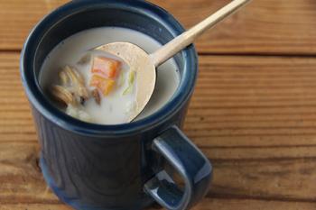 amabro(アマブロ)のマグカップです。深い味わいの藍色にカフェオレやクリームスープなどのクリームカラーのドリンクがおすすめ。