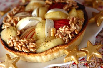 リンゴと洋ナシを使ったオシャレで甘いキッシュもあります♡フルーツだけでなく焼き芋入りなのでしっかりお腹も満足です。冷凍のパイシートを使って作るレシピなので簡単に豪華なキッシュが完成!