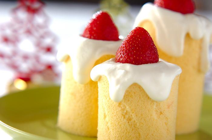 いちごをろうそくの炎に見立てた、クリスマスのキャンドルロールケーキ。スポンジは、時間がない場合は市販のものを型で抜けば簡単!素敵なアイデアですね♪