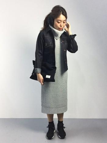 ニットワンピースの上にもデニムジャケットをさっと羽織れば、カジュアルながらきちんと感のある着こなしになりますね。足元のソックスやスニーカー、バッグなども黒で統一すればコーデを引き締めてくれます。