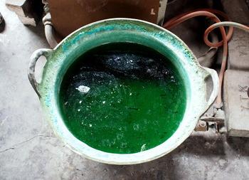 たとえばこの「煮色」という方法。銅器を硫酸銅と炭酸銅の溶液で煮込む技術です。表面に透明感が出て繊細な味わいになるのだとか。