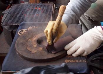この「おはぐろ」は日本酒、酢に鉄くずなどを入れて寝かした溶液を専用のホウキではきあげながら焼き付け、染め付ける方法です。特別な薬品だけではなく、このように身近な食材も利用されながら技術が磨かれてきたのですね。