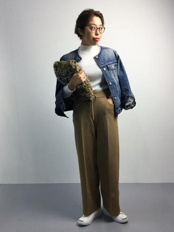 珍しい、ノーカラーのデニムジャケット。ハイネックのインナーをパンツの中に入れてIラインを意識したコーデ。スニーカーを合わせたり、レオパード柄のファーバッグを合わせて遊び心も忘れずに。