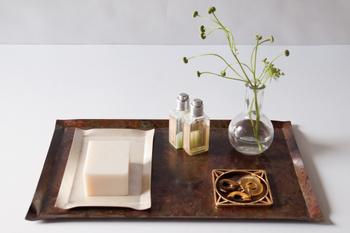 薄い銅板の自然な曲線がとても素朴で美しい雰囲気を醸し出しています。