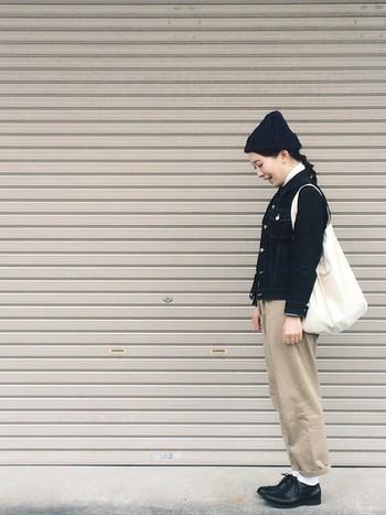 濃い色のデニムジャケットにチノパンを合わせて白い靴下とエコバッグを合わせれば、どこかシティーボーイ風な着こなしにも。